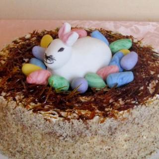Uskrsna dekoracija zeko u gnijezdu