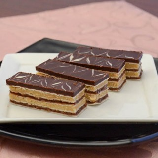 Rozen plus kolačići sa čokoladnom dekoracijom