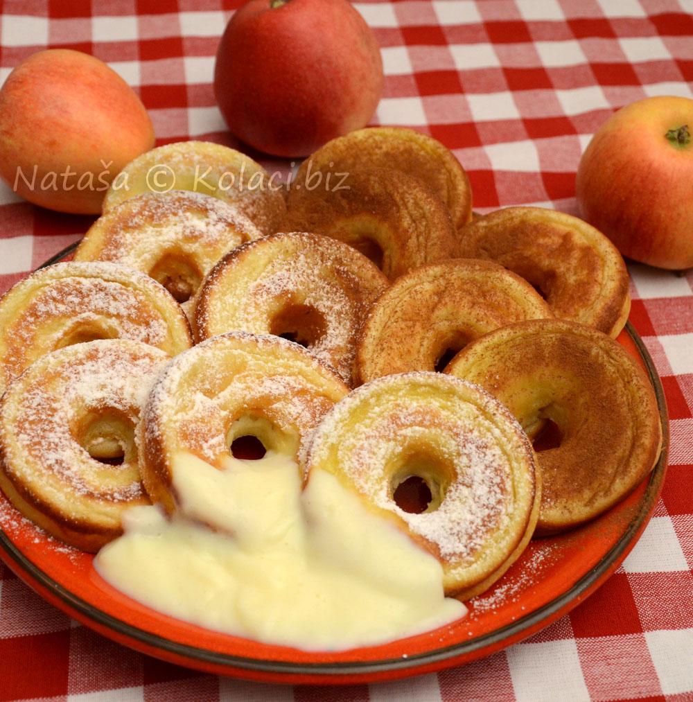 kolac-sa-koluticima-od-jabuka